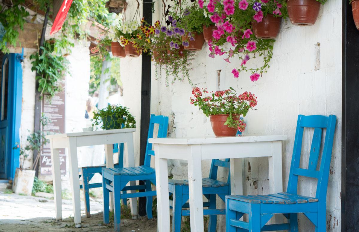10 Ausflugtipps für Izmir, Türkei meer kaffee sirince blumenvase bänke