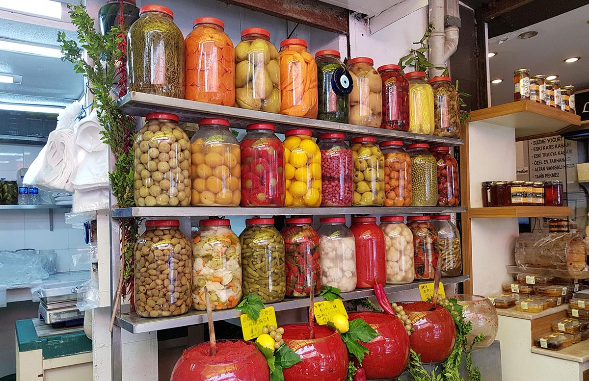 10-Dinge-die-man-unbedingt-in-Izmir-machen-muss-eingelegtes-gemüse
