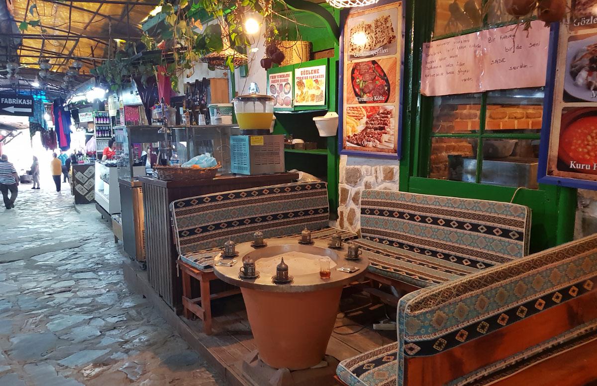 10-Dinge-die-man-unbedingt-in-Izmir-machen-muss-türkisches-kaffee-platz-bazar