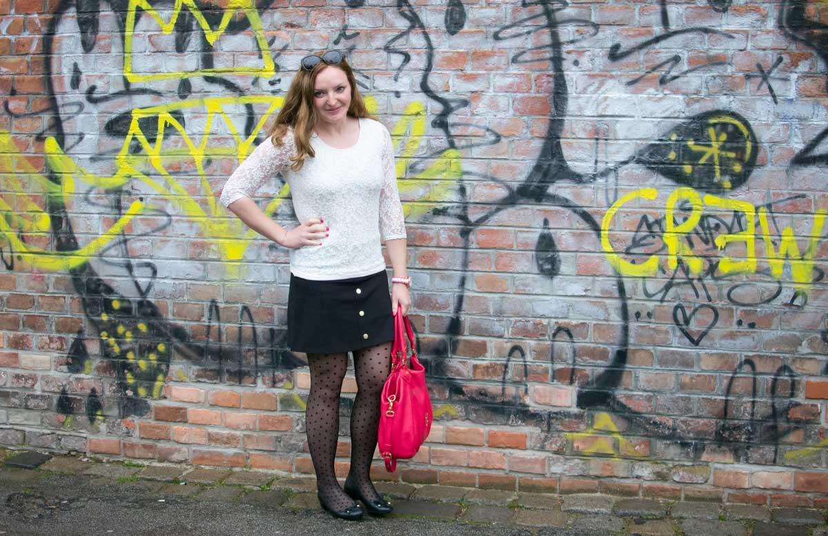10 facts about me vicky stehend mit tasche blick nach vorne
