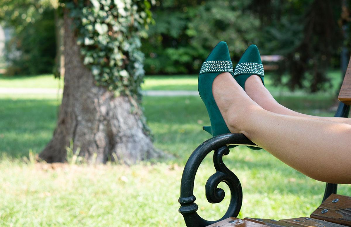 10 nützliche Tipps um die Hitze im Sommer zu ertragen schuhe bank