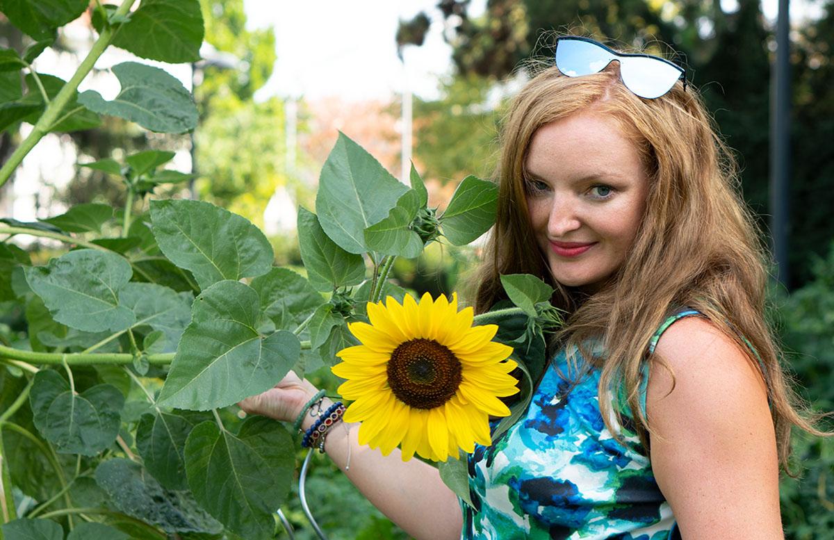 10 nützliche Tipps um die Hitze im Sommer zu ertragen schuhe bank sonnenblume kleid portrait