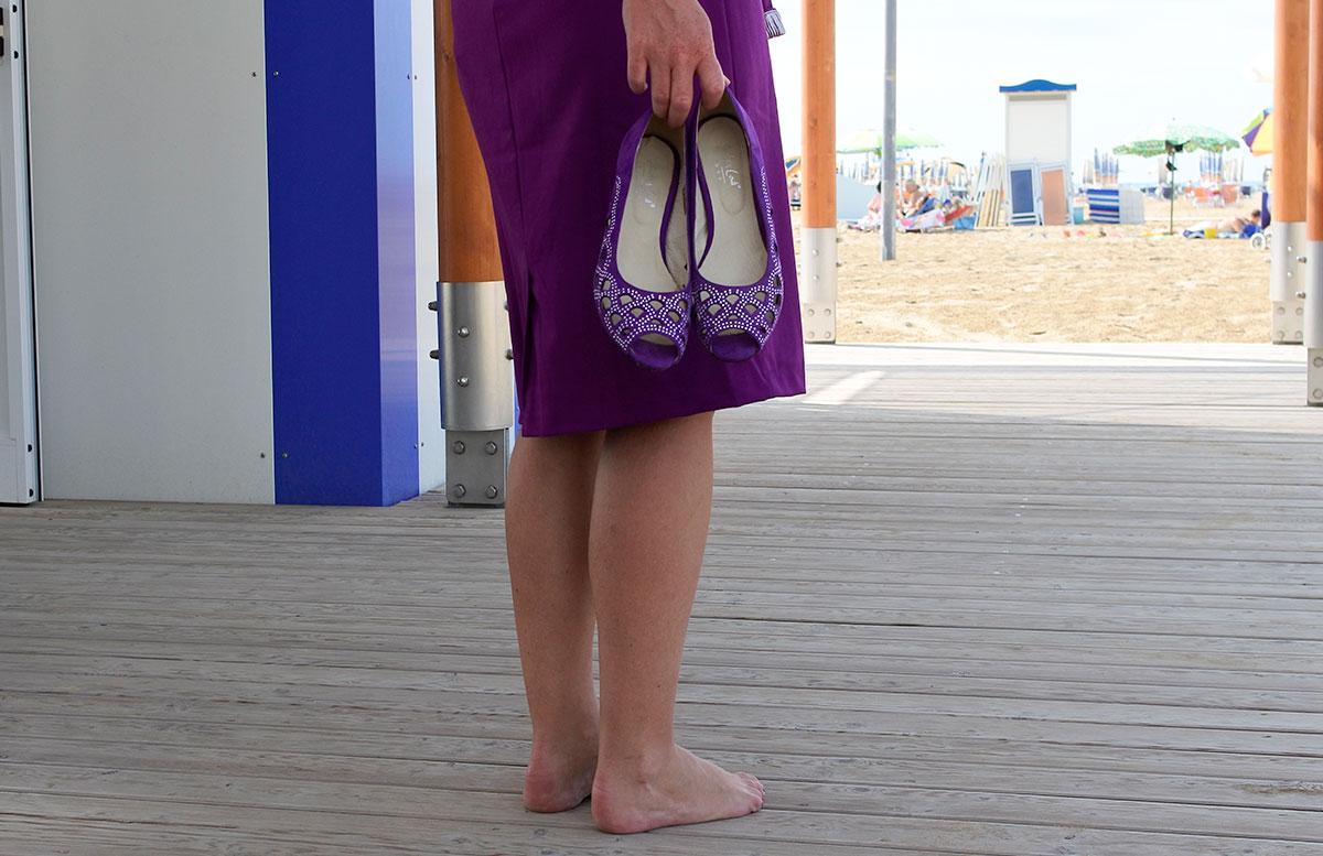 10-random-facts-about-me-und-Geburtstags-Outfit-schuhe-haltend