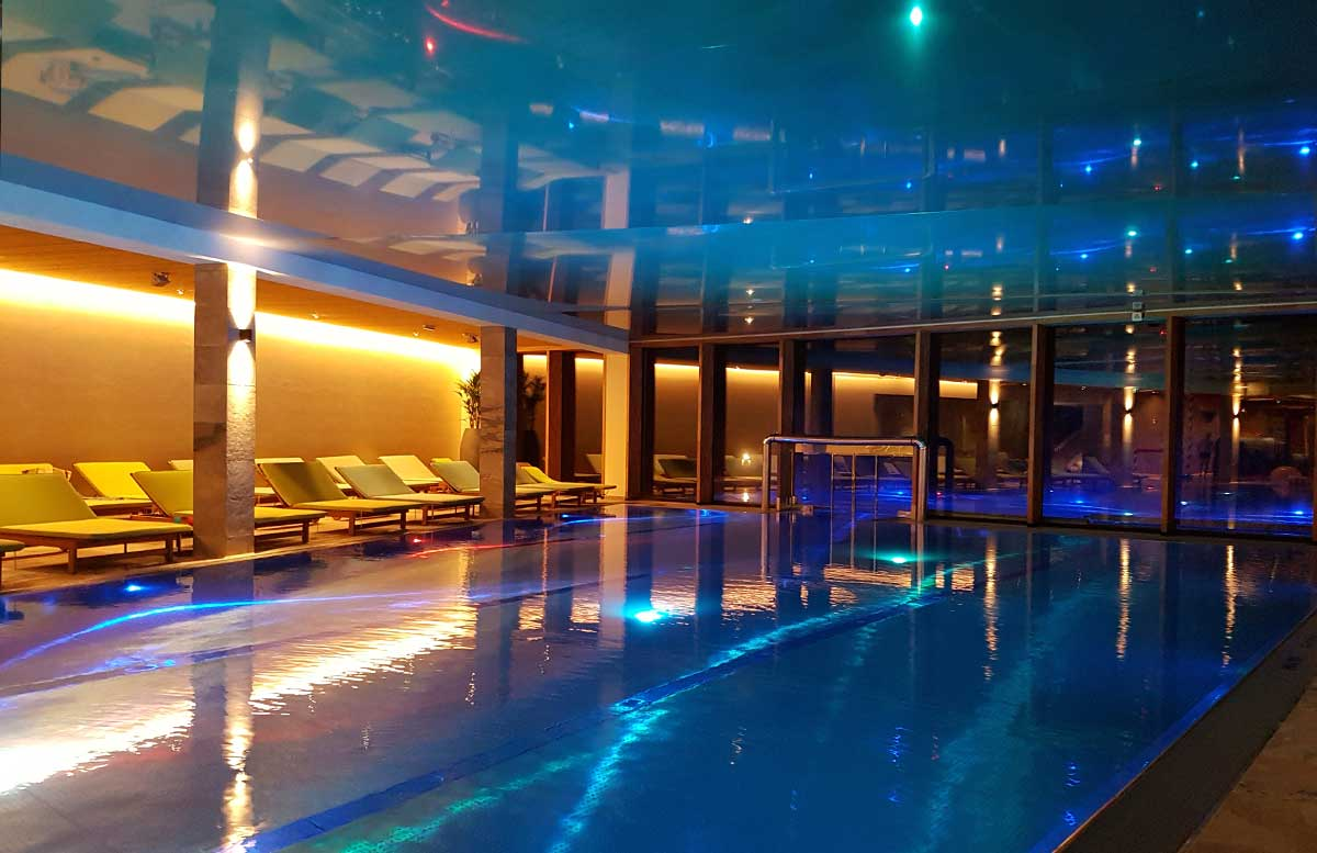 Leading-Family-Hotel-and-Resort-Dachsteinkönig-pool-bei-nacht