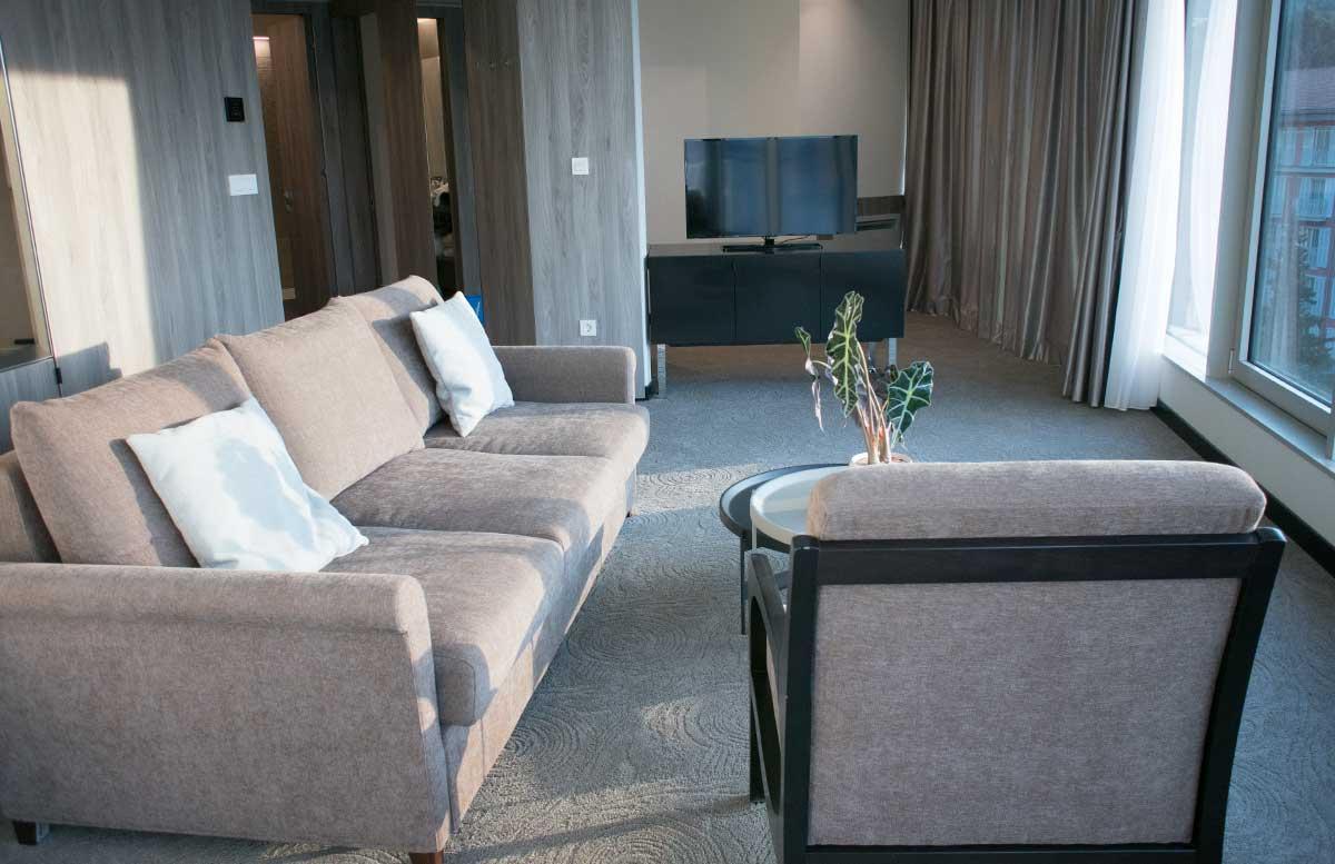 LIFECLASS-Portoroz-Hotel-Slovenia-wohnzimmer-mit-schreibtisch-und-tv