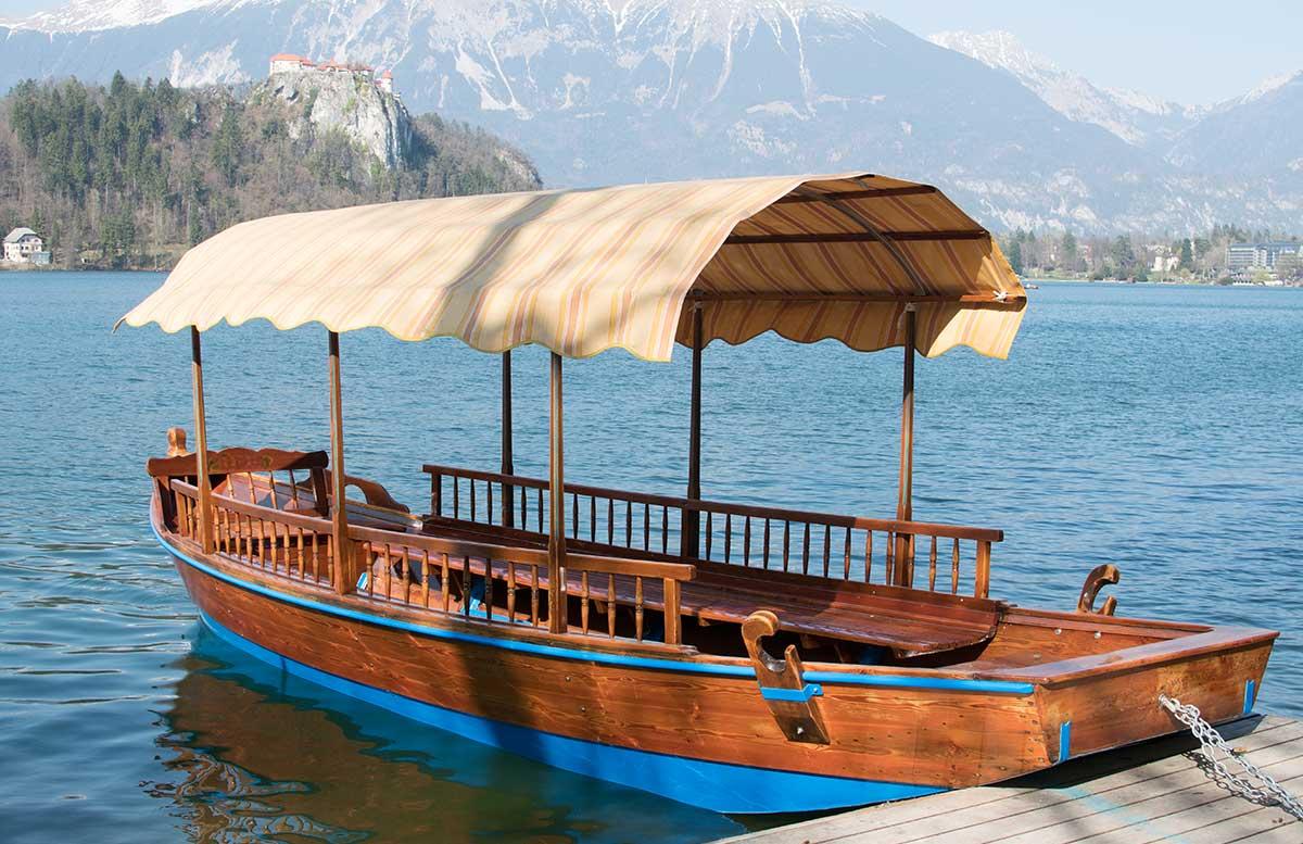Ausflug-zur-Insel-am-See-in-Bled-pletnas-ruderboote