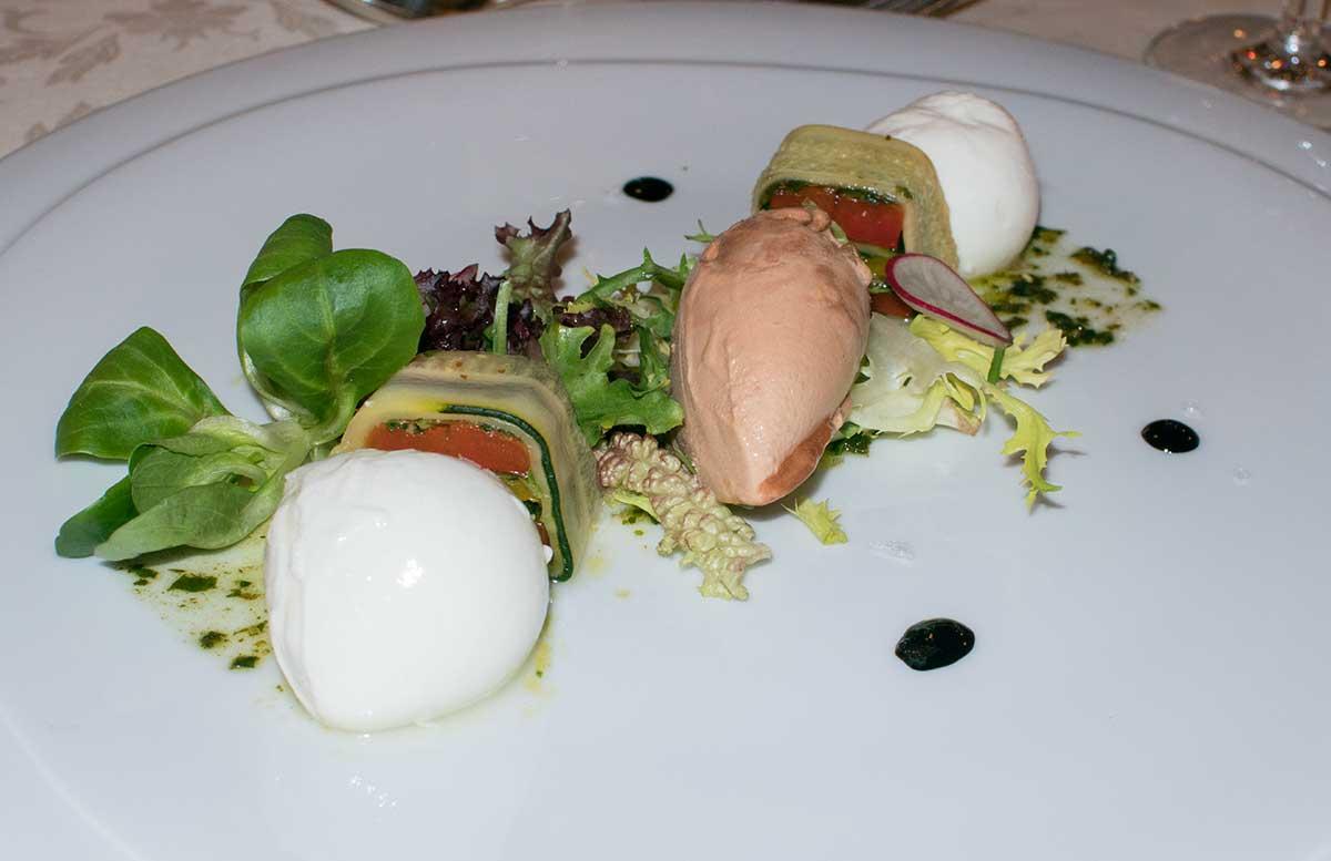 Ausflug-zur-Insel-am-See-in-Bled-terrine-mit-gegrillten-gemüse