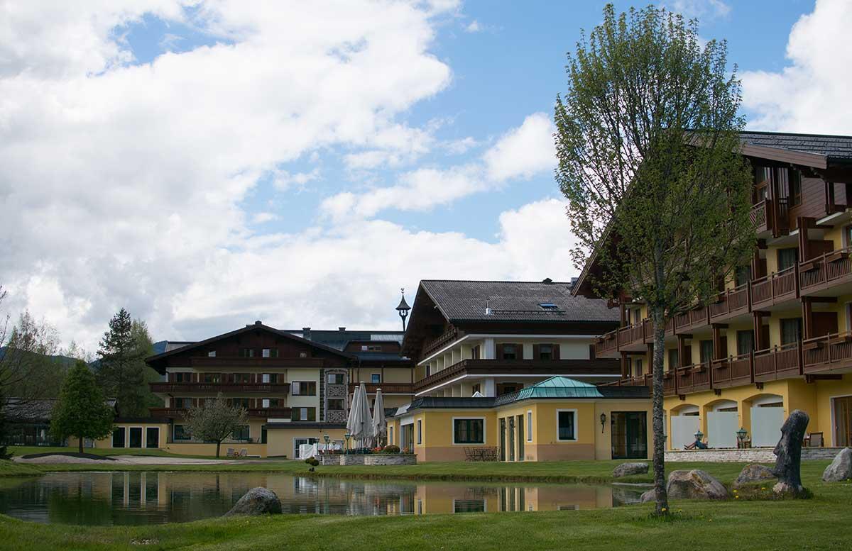 Hotel-Gut-Weissenhof-in-Radstadt-goldteich-vor-dem-hotel