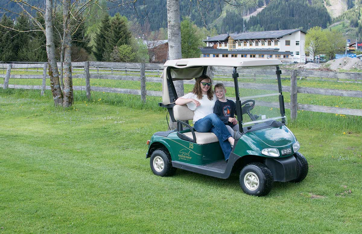 Hotel-Gut-Weissenhof-in-Radstadt-tour-mit-dem-Golfwagen