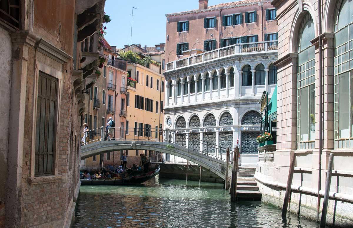 Ausflug-nach-Venedig-und-Cavallino-seitengasse-brücke-in-venedig