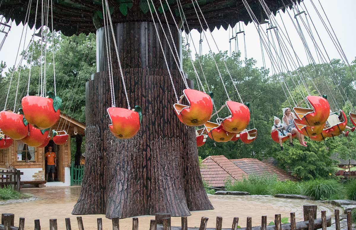 Familypark-in-St.-Margarethen-apfelkarussell