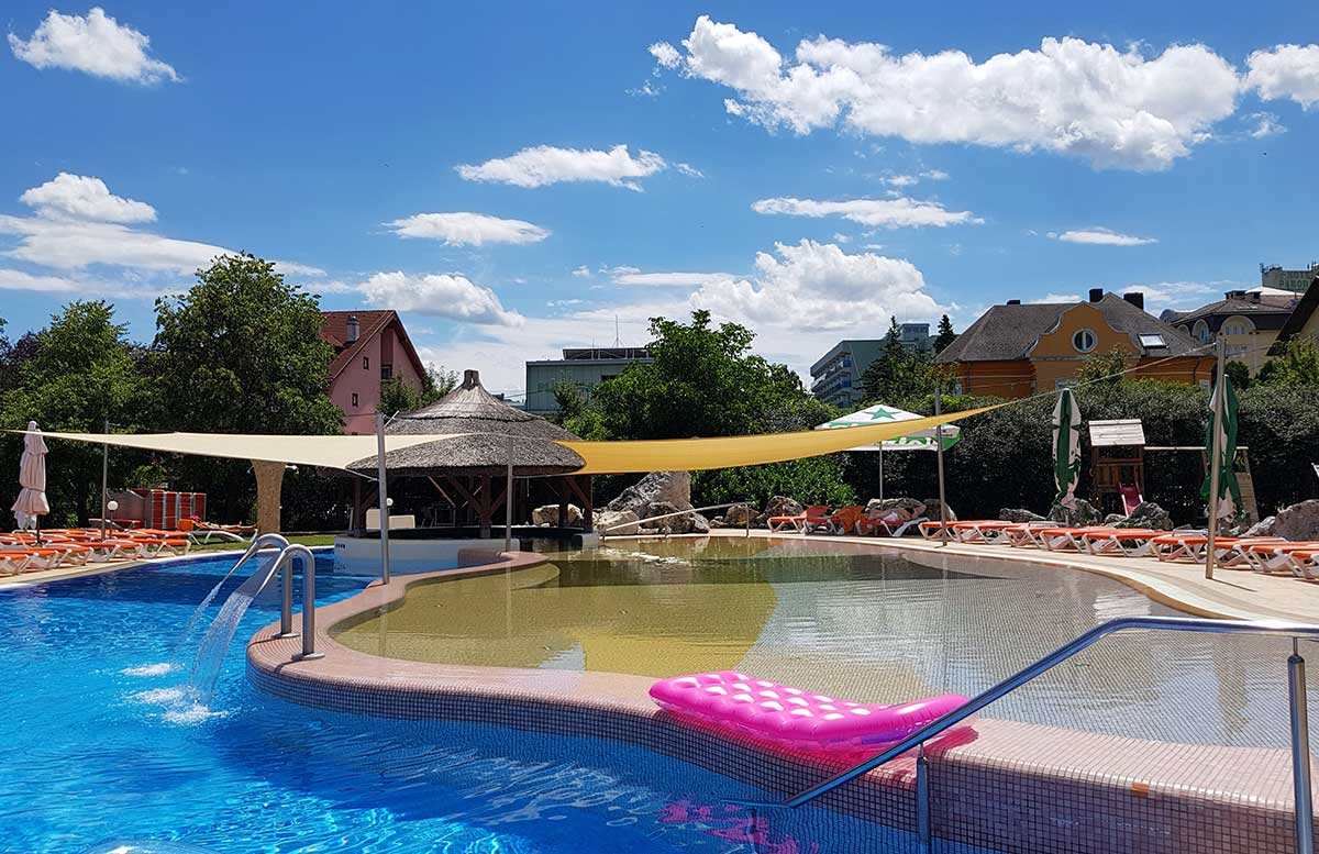 Hotel-Europa-fit-in-Heviz-acqpulco-pool-mit-kinderbecken