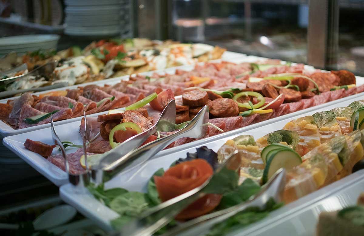 Hotel-Europa-fit-in-Heviz-buffet-wurstsorten