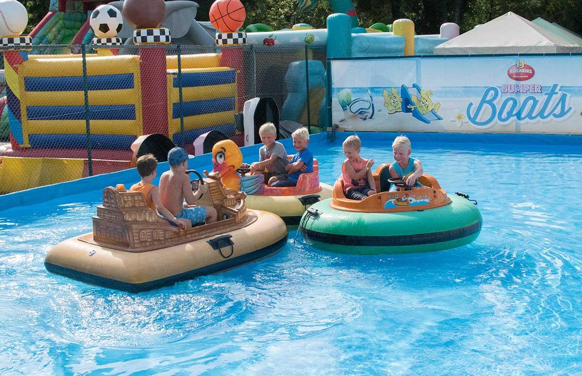 Kindergeburtstag-in-der-Kolariks-Luftburg-Praterfee-bumper-boat-jungs-fun