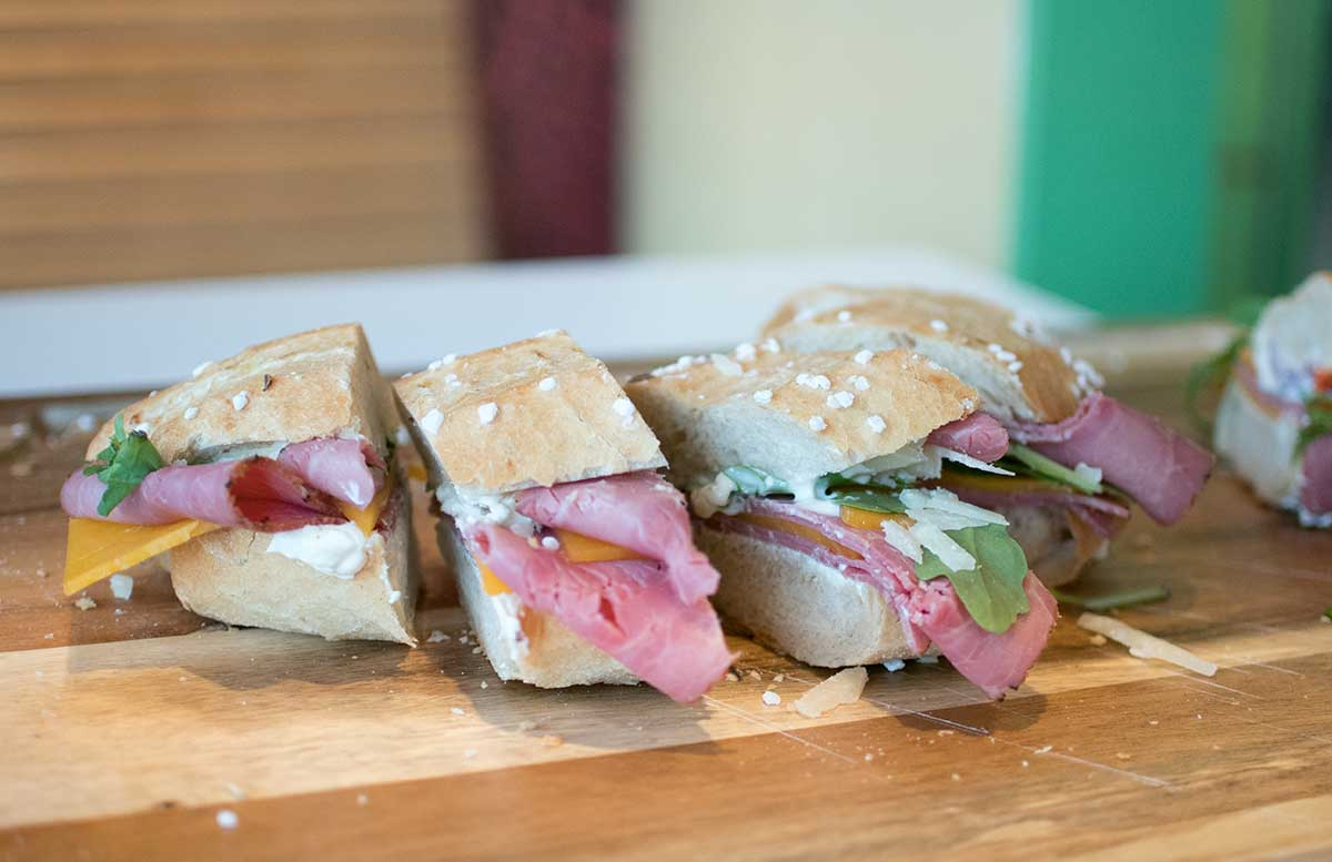 Oliver-Hoffinger-Pastrami-Weckerl-bei-OMV-Tankstellen-leckeres-sandwich