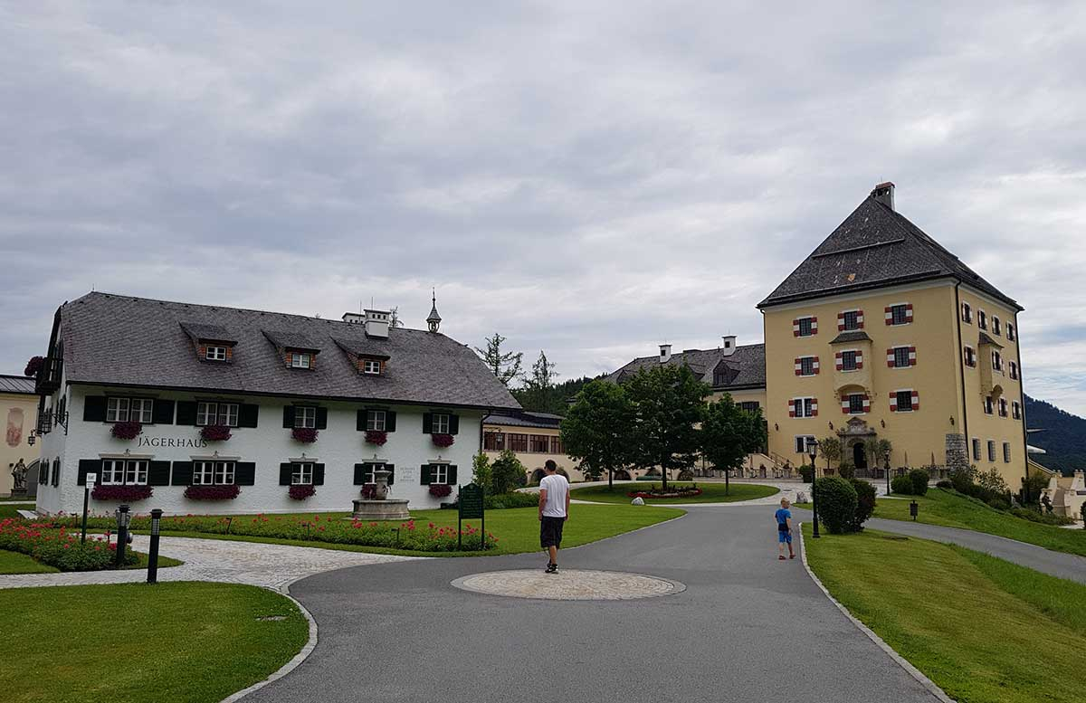 Zillenschifffahrt-am-Fuschlsee-und-das-Schloss-Fuschl-schloss-und-jägerhaus
