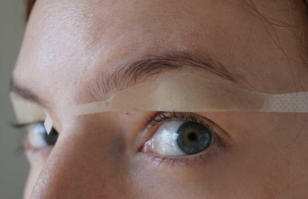10-Tipps-für-perfekte-Wimpern-und-Augenbrauen-andmetics-augenbrauen-wachsen