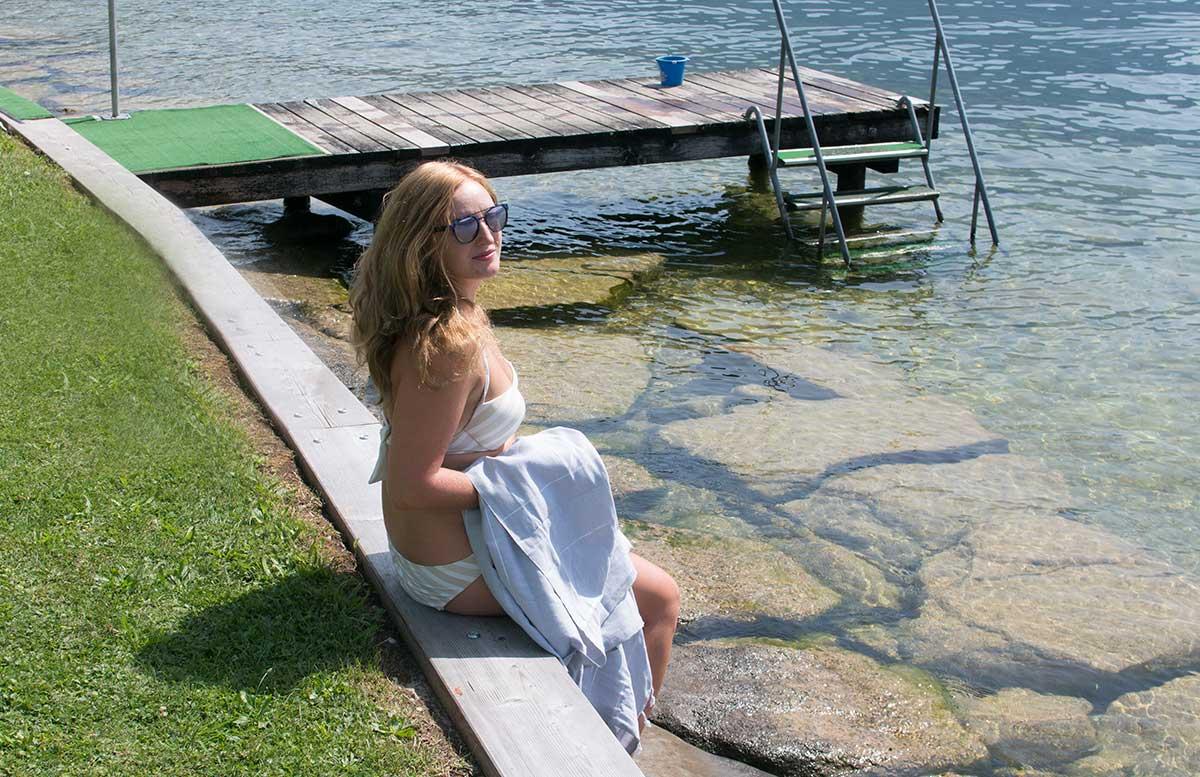 Gewinnspiel-LeStoff-Badetuch-für-den-Strand-vicky-sitzend-mit-tuch