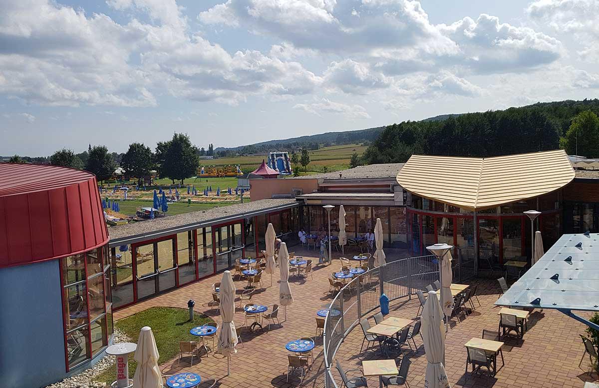 H2O-Hotel-Therme-Resort-und-Ausflug-zur-Pfauenfarm-Lindenhof-gemütlicher-außenbereich