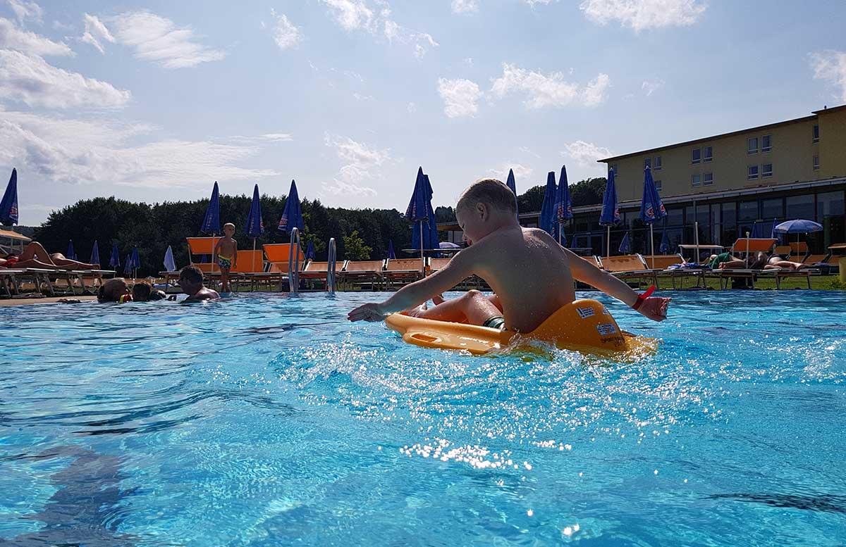 H2O-Hotel-Therme-Resort-und-Ausflug-zur-Pfauenfarm-Lindenhof-wasserspaß