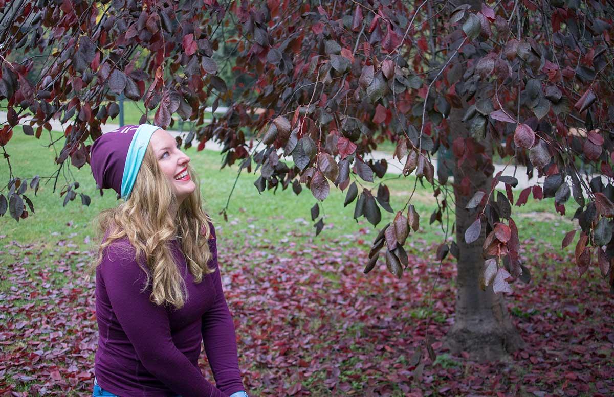 10-Tipps-um-fit-in-den-Herbst-zu-starten-blätter-haufen-werfen