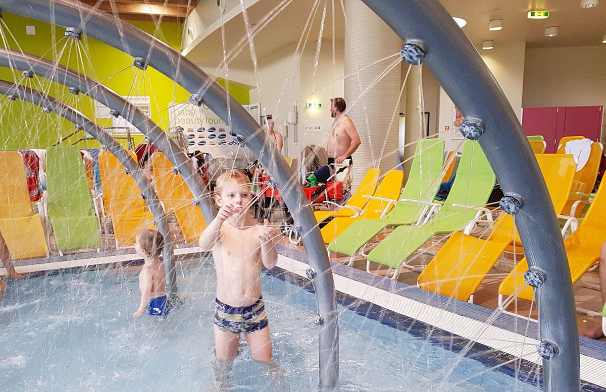 Wasserspaß-mit-Sunny-Bunny-in-der-Sonnentherme-Lutzmannsburg-wasserdüsen