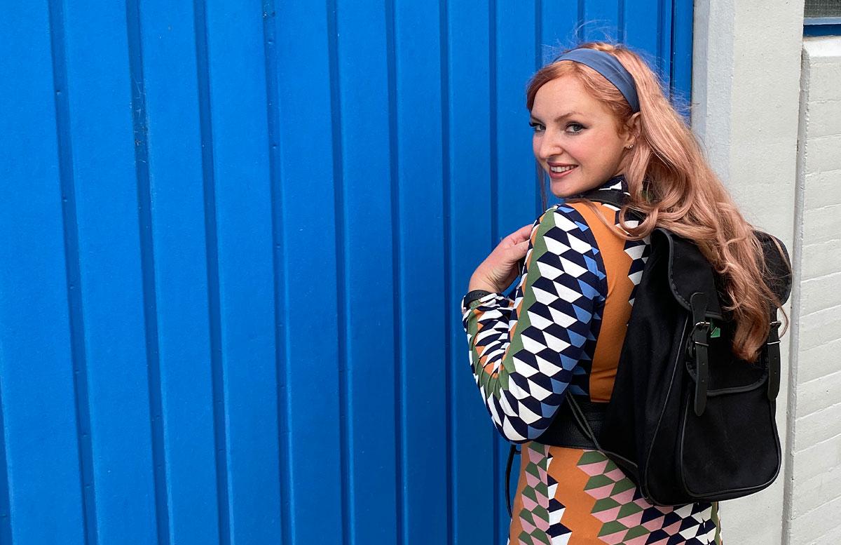 70er-Jahre-Revival-Herbst-Outfit-rucksack-am-rücken