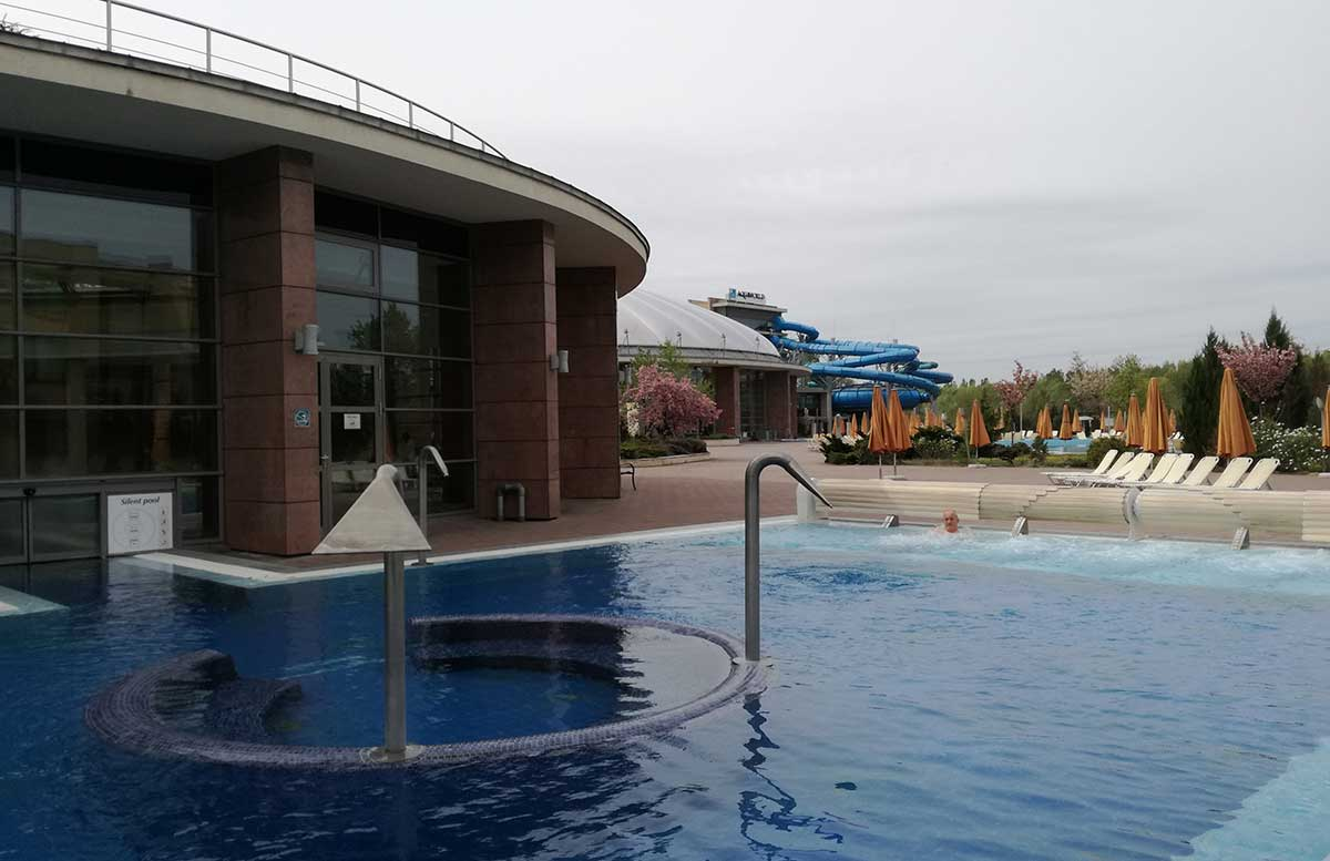 Aquaworld Resort Budapest und der Water Park outdoor pool