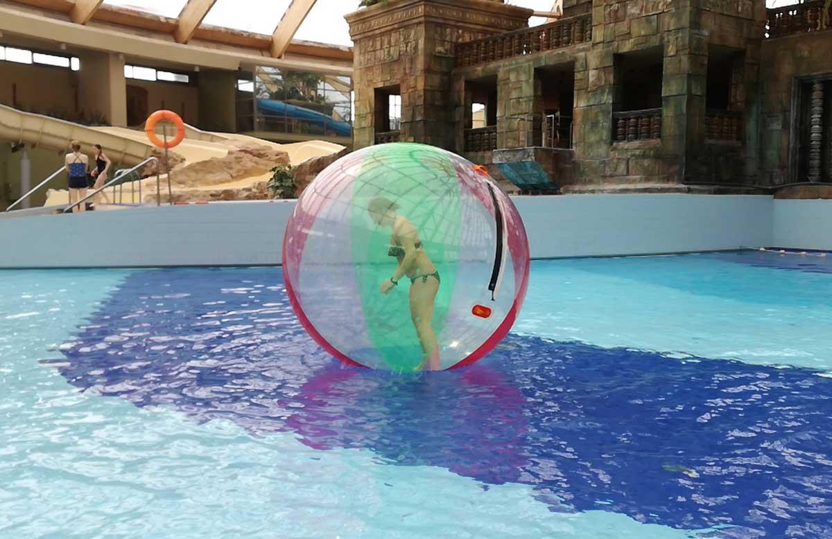 Aquaworld Resort Budapest und der Water Park wasser zorbing aquaball vicky stehend