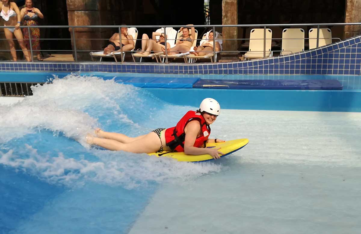Aquaworld Resort Budapest und der Water Park wellenreiten