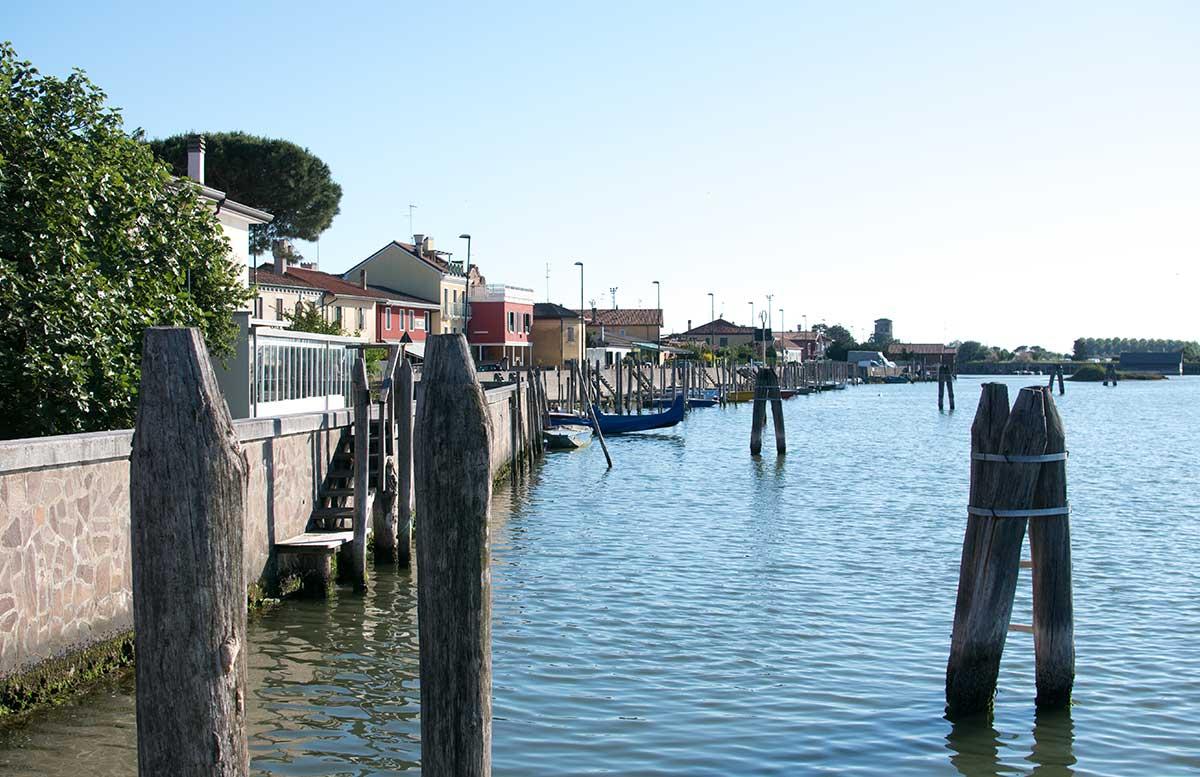 Ausflug nach Venedig und Cavallino radtour lagune blick aufs meer pfosten