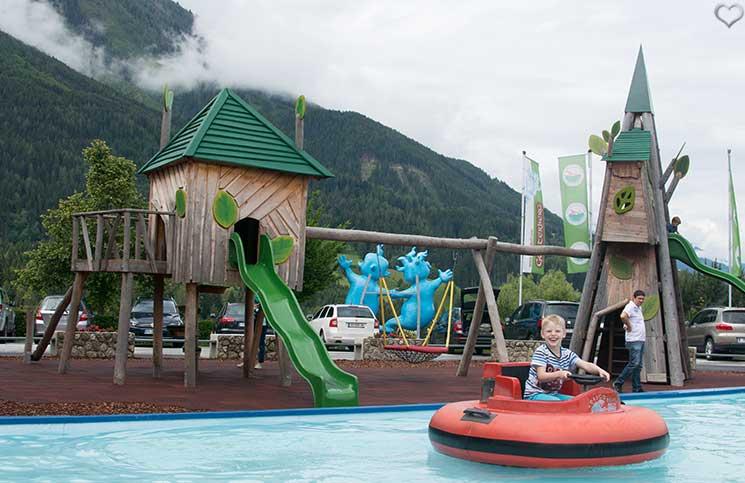 Ausflug-zum-Familien-Erlebnispark-am-Geisterberg-in-St.-Johann-boot-fahren