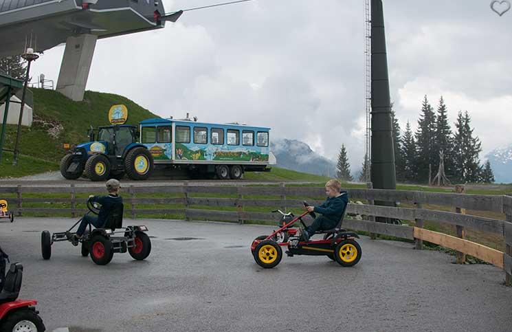Ausflug-zum-Familien-Erlebnispark-am-Geisterberg-in-St.-Johann-traktorzug