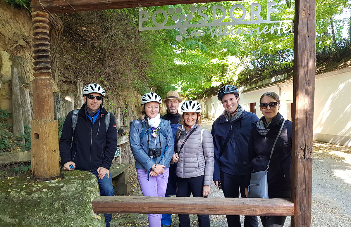 Ausflug-zur-Burg-Falkenstein-und-E-Bike-Tour-in-Poysdorf-kellergasse-gruppe-tour