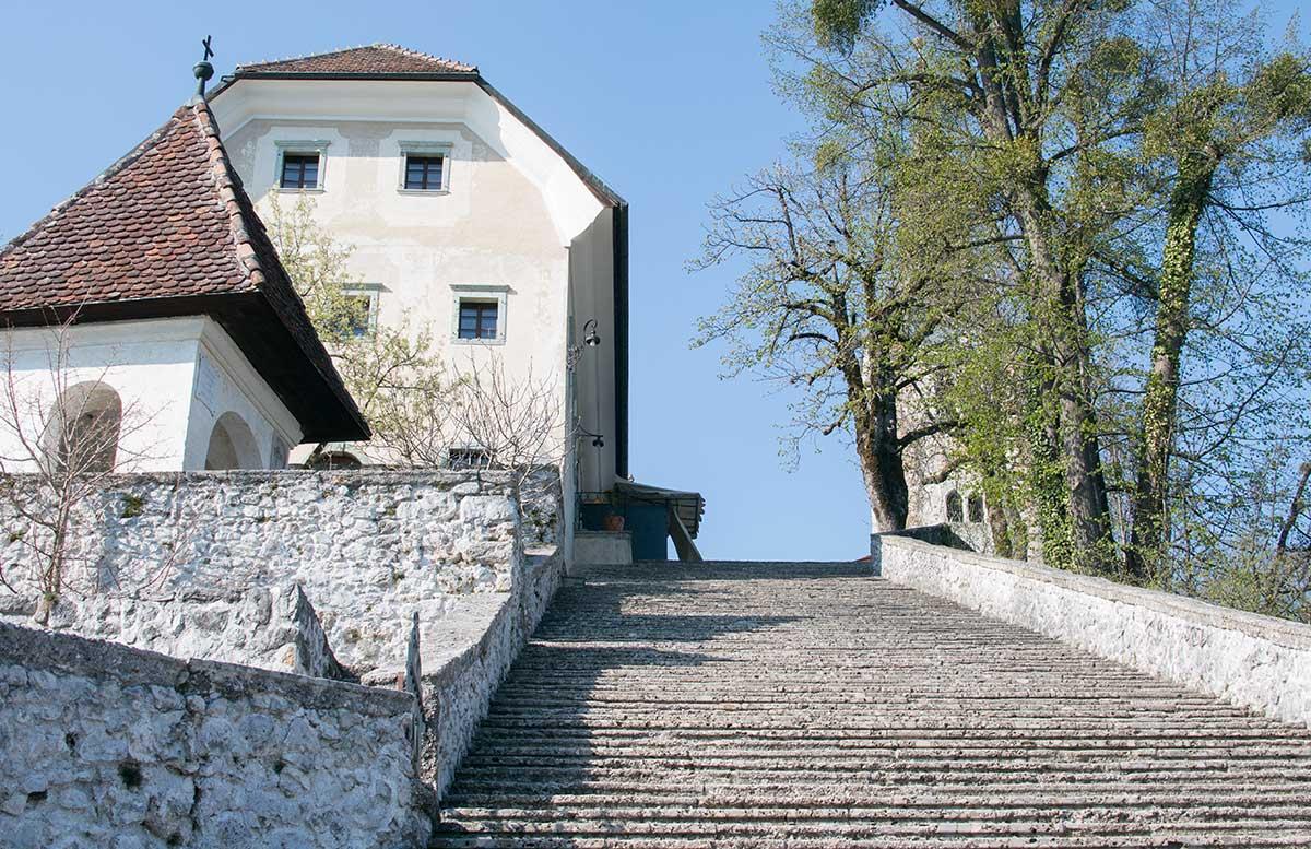 Ausflug zur Insel am See in Bled treppe zur kirche