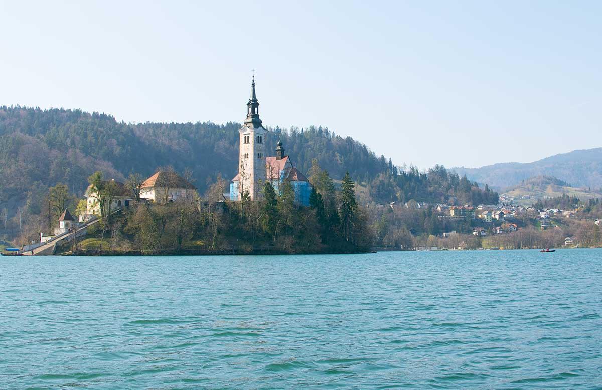 Ausflug zur Insel am See in Bled pletnas ruderboot sicht auf kirche