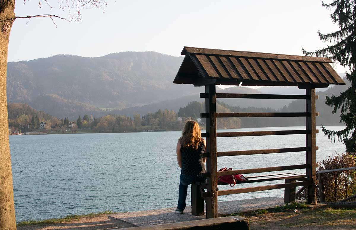 Ausflug zur Insel am See in Bled vicky sitzt auf bank