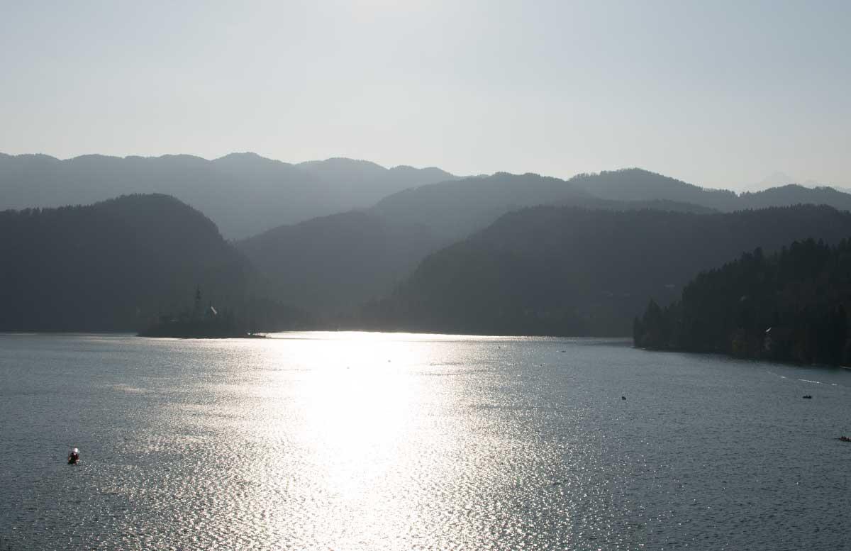 Ausflug zur Insel am See in Bled glitzernder see