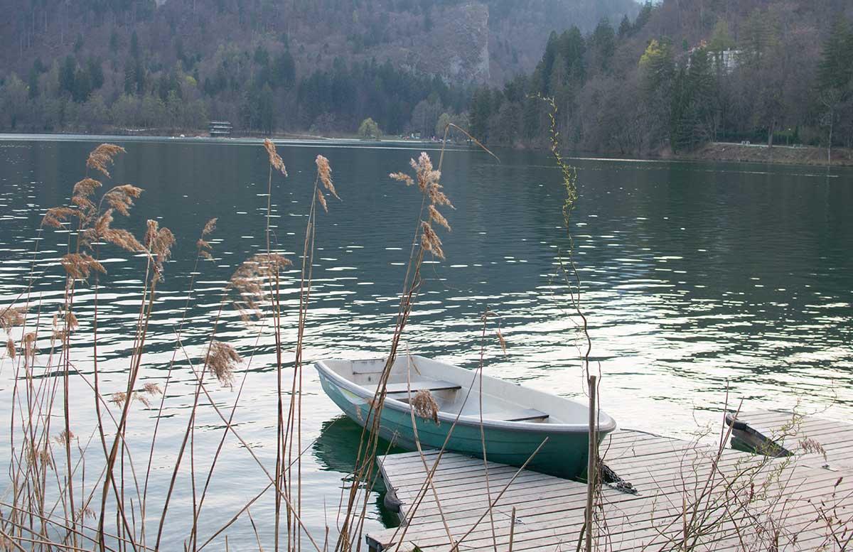 Ausflug zur Insel am See in Bled boot im wasser