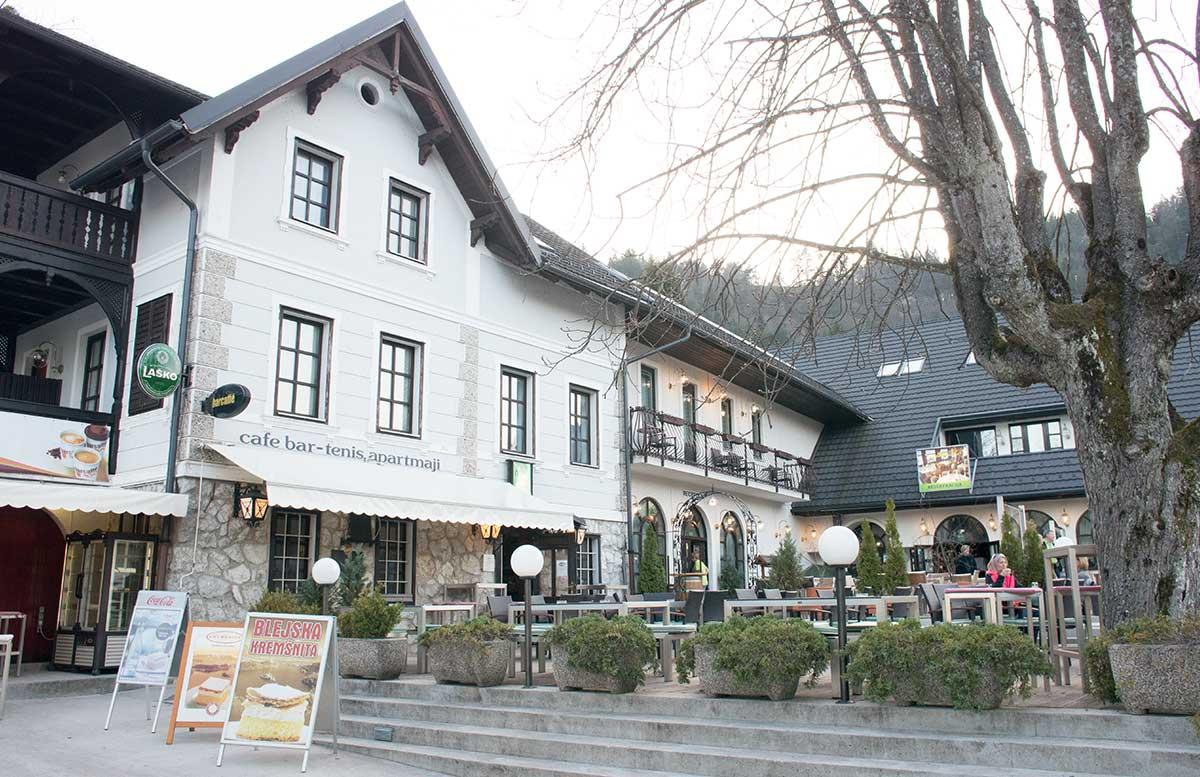 Ausflug zur Insel am See in Bled rundgang um den see