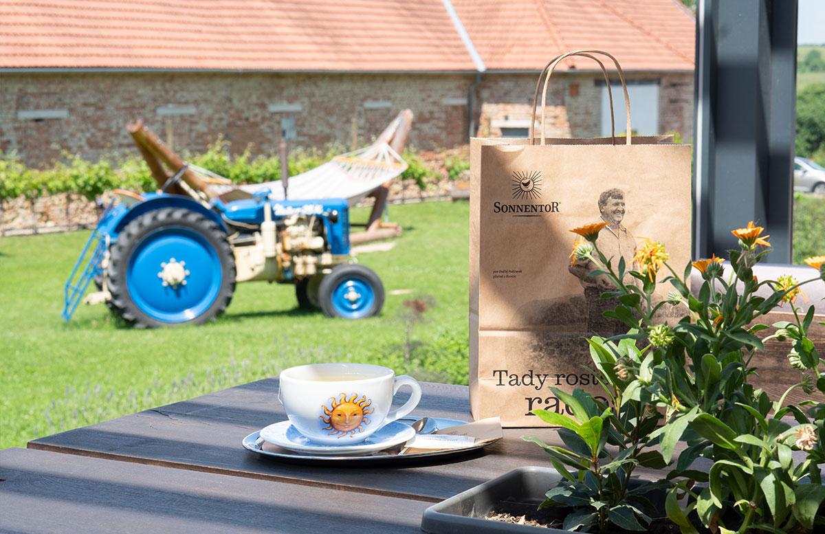 Ausflugsziele-für-Familien-in-Südmähren-sonnentor-kaffee-genießen