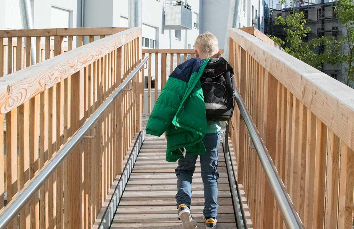 Back to School Herbst Outfit von TK Maxx Lenny grünes shirt am weg zur schule