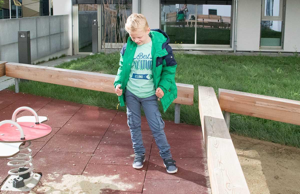 Back to School Herbst Outfit von TK Maxx Lenny mit grüner jacke blick nach unten