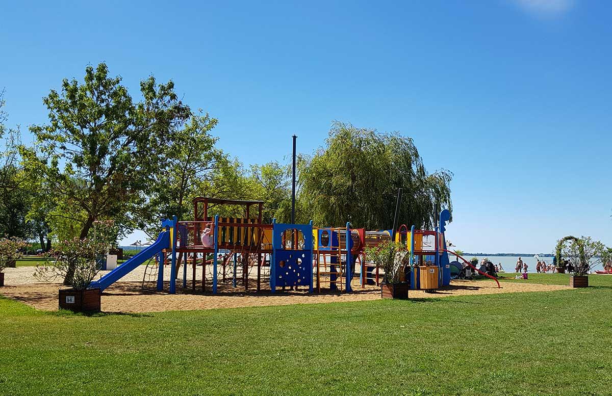 Balaton Ausflug ins Strandbad Gyenesdias am Plattensee spielplatz große anlage
