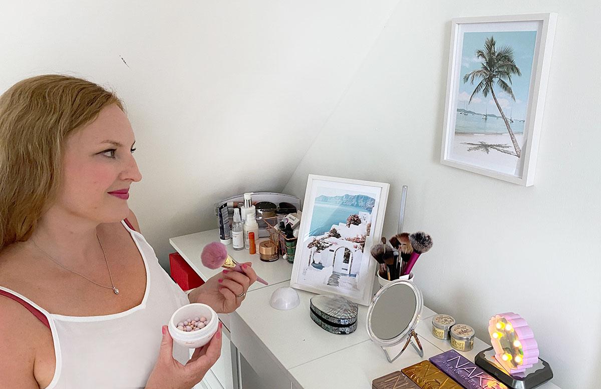 Bilderwand-Inspirationen-für-die-Wohnung-mit-Posterstore-schminktisch