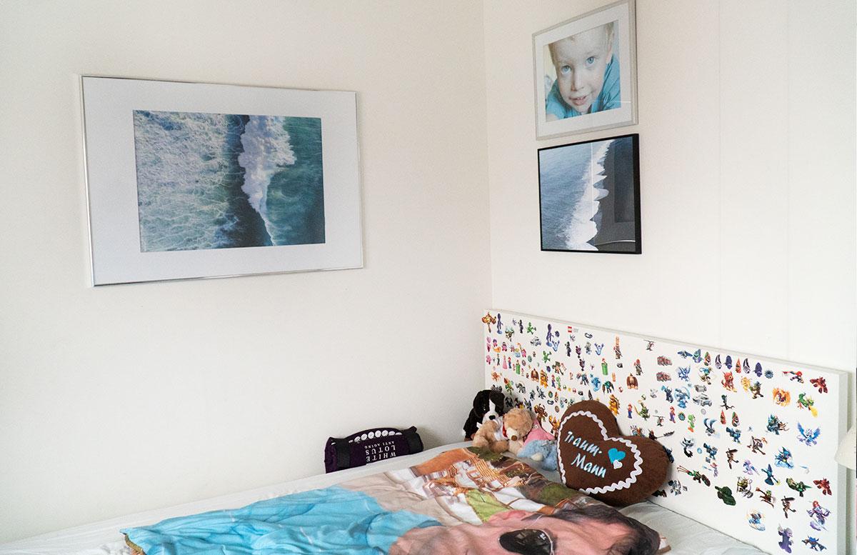 Bilderwand-für-die-Dachschräge-im-Kinderzimmer-bett