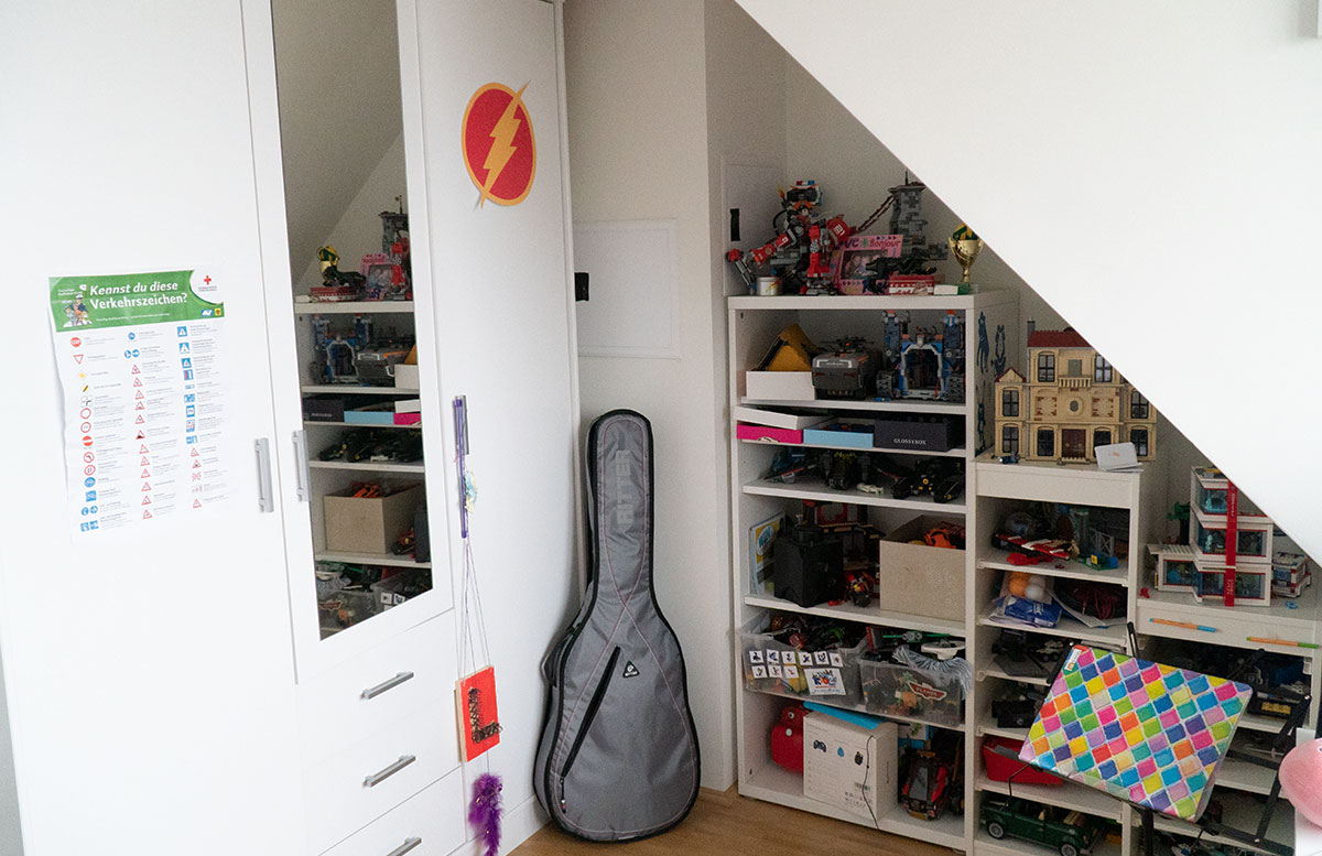Bilderwand-für-die-Dachschräge-im-Kinderzimmer-gitarre-schrank