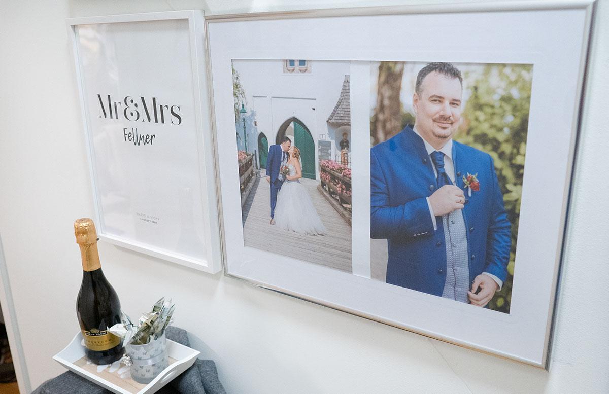 Bilderwand-mit-Hochzeitsbildern-und-Poster-SEKT