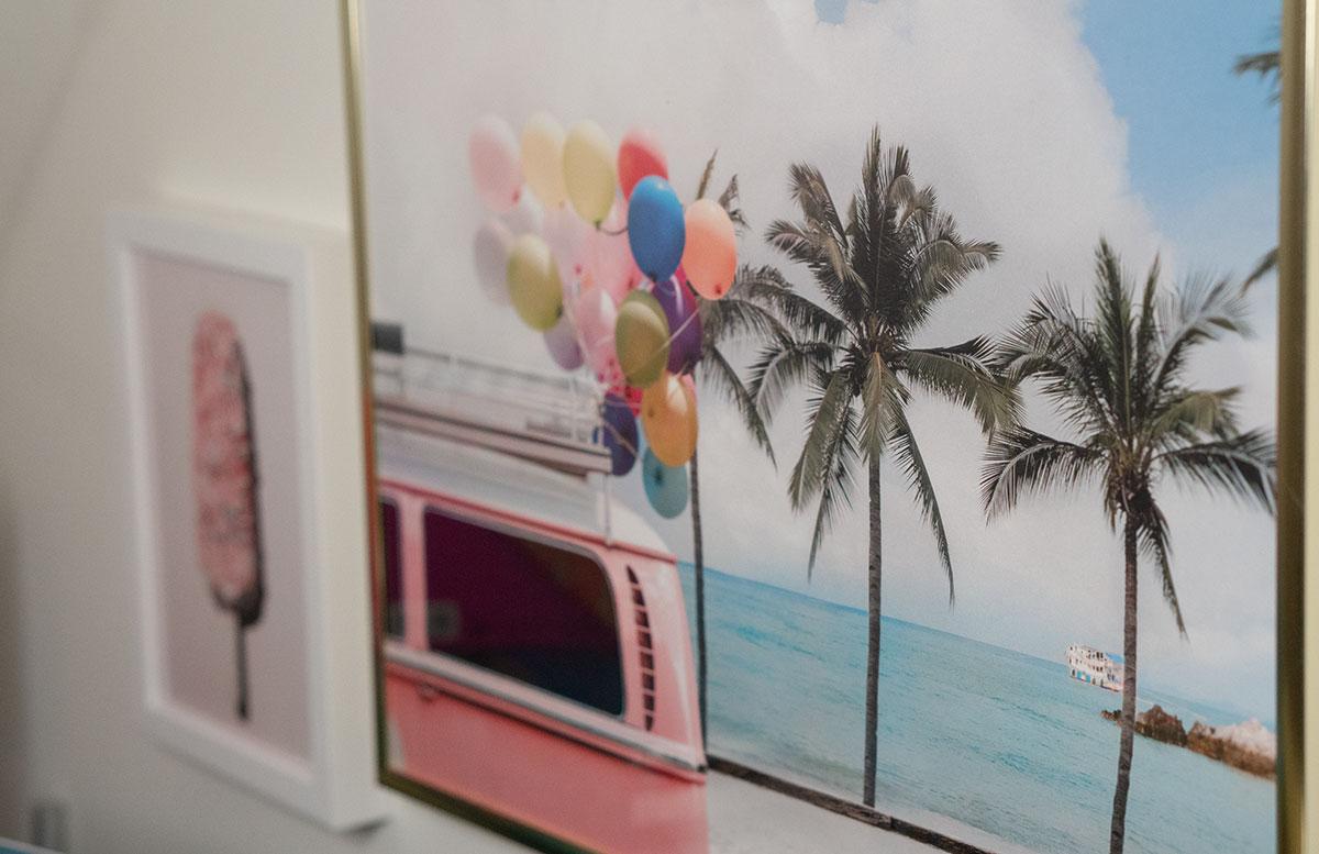 Bilderwand-mit-Hochzeitsbildern-und-Poster-campingbus