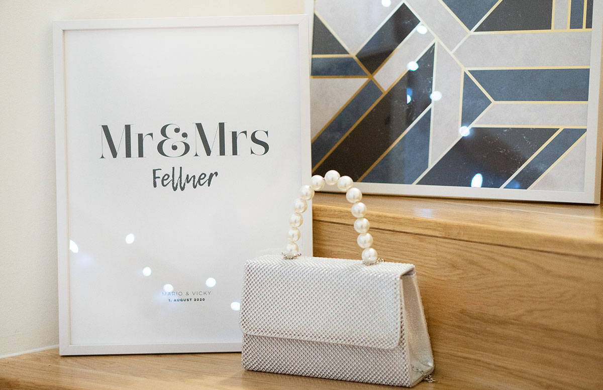 Bilderwand-mit-Hochzeitsbildern-und-Poster-handtasche-detail